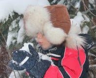 Мальчик в крышке с earflaps Стоковое Фото