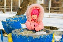 Мальчик в куртке и связанных снежинках шляпы улавливая в парке зимы на рождестве Ребенок играя с снегом в зиме стоковое фото rf