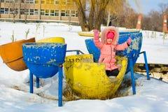 Мальчик в куртке и связанных снежинках шляпы улавливая в парке зимы на рождестве Ребенок играя с снегом в зиме стоковые фото