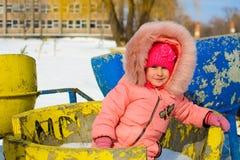 Мальчик в куртке и связанных снежинках шляпы улавливая в парке зимы на рождестве Ребенок играя с снегом в зиме стоковые изображения rf