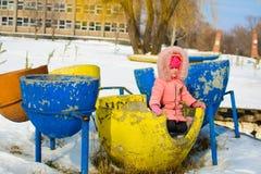 Мальчик в куртке и связанных снежинках шляпы улавливая в парке зимы на рождестве Ребенок играя с снегом в зиме стоковое изображение rf