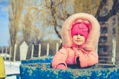 Мальчик в куртке и связанных снежинках шляпы улавливая в парке зимы на рождестве Ребенок играя с снегом в зиме стоковое фото