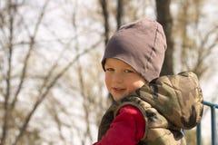 Мальчик в лесе осени, запачканной предпосылке, космосе экземпляра стоковые изображения