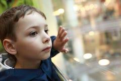 Мальчик в лифте Стоковая Фотография