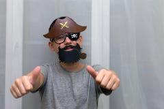 Мальчик в маске пирата стоковое фото rf