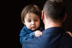 Мальчик в оружиях отца стоковые фото