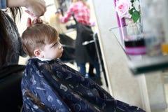 Мальчик в парикмахерской Стоковое фото RF