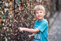 Мальчик в переулке жевательной резинки Стоковая Фотография