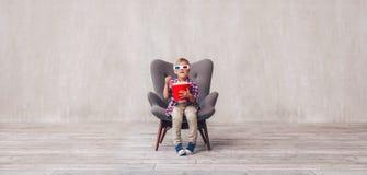 Мальчик в стеклах 3d с попкорном стоковые фотографии rf