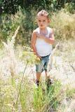 Мальчик в траве Стоковые Изображения RF