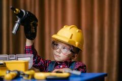 Мальчик в трудном шлеме стоковая фотография rf