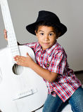 Мальчик в шлеме с гитарой стоковые изображения rf