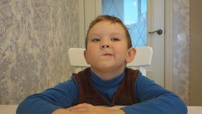 Мальчик говорит на таблице акции видеоматериалы