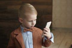Мальчик говоря на телефоне с космосом экземпляра стоковое фото rf