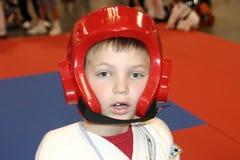 мальчик делает tae kwon Стоковые Изображения