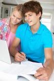 мальчик делая домашнюю работу девушки подростковую Стоковые Фото