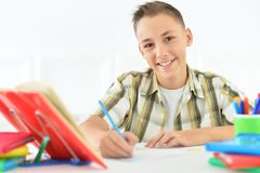 мальчик делая домашнюю работу подростковую Стоковые Фотографии RF