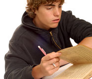 мальчик делая домашнюю работу подростковую Стоковая Фотография