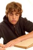 мальчик делая домашнюю работу предназначенную для подростков Стоковая Фотография RF