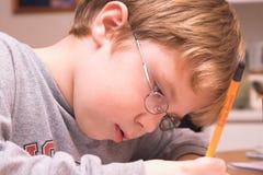 мальчик делая домашнюю работу Стоковая Фотография RF