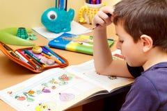 мальчик делая домашнюю работу Стоковое фото RF