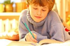 мальчик делая домашнюю работу Стоковые Изображения