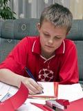 мальчик делая домашнюю работу Стоковое Изображение RF