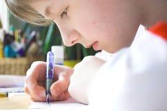 мальчик делая домашнюю работу стоковые изображения rf