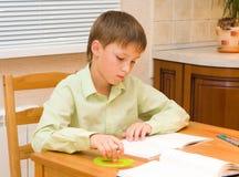 мальчик делая его детенышей домашней работы Стоковое Изображение RF