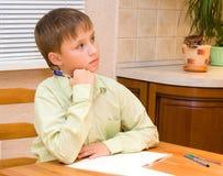 мальчик делая его домашнюю работу Стоковые Фотографии RF
