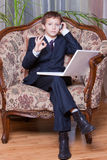 Мальчик дела при компьютер и клетка показывая о'кеы Стоковая Фотография RF