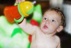 Мальчик держа бутылку Стоковые Изображения