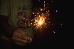 Мальчик держа ручку фейерверка Счастливые Новый Год или торжество diwali стоковые изображения rf