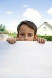 мальчик держит бумажный лист стоковое изображение