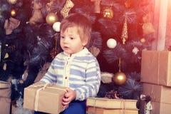 Мальчик держит подарок на рождество Стоковая Фотография RF