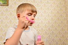 Мальчик дует пузыри мыла, конец-вверх стоковая фотография rf