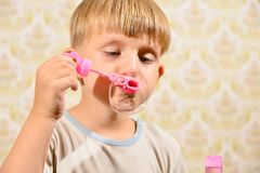 Мальчик дует пузыри мыла, конец-вверх стоковые изображения