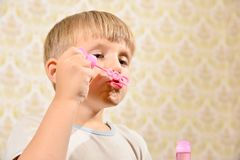 Мальчик дует пузыри мыла, конец-вверх стоковое изображение rf