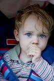 мальчик его всасывая большой пец руки Стоковые Фотографии RF