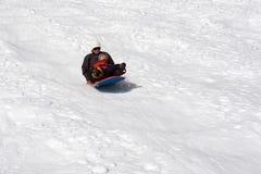 мальчик его мать sledding Стоковые Фотографии RF