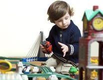 мальчик его новый играя поезд комплекта Стоковая Фотография RF