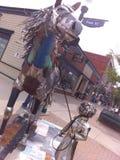 Мальчик & его скульптура лошади стоковое изображение rf