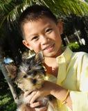 мальчик его щенок удерживания Стоковое Изображение RF