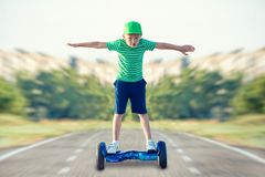 Мальчик едет на доске баланса стоковое изображение