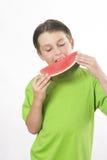 мальчик есть арбуз части Стоковое Изображение