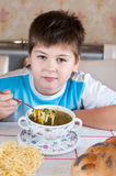 Мальчик есть домодельные лапши Стоковые Фото
