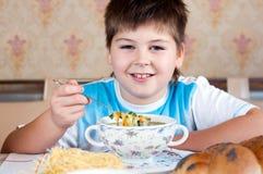 Мальчик есть домодельные лапши Стоковая Фотография RF