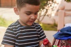 Мальчик есть клубники Еда лета Молодой парень ест yummy клубнику стоковое фото rf