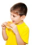 мальчик есть пиццу стоковая фотография rf