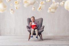 Мальчик есть попкорн стоковая фотография